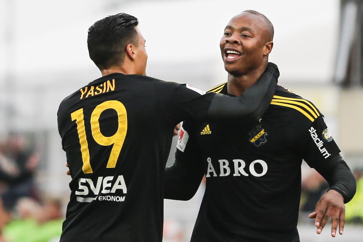 160520 AIK:s Ahmed Yasin jublar med Carlos Strandberg som gjort 0-1 under fotbollsmatchen i Allsvenskan mellan Falkenberg och AIK den 20 maj 2016 i Falkenberg. Foto: Robert Boman / BILDBYRN / Cop 160