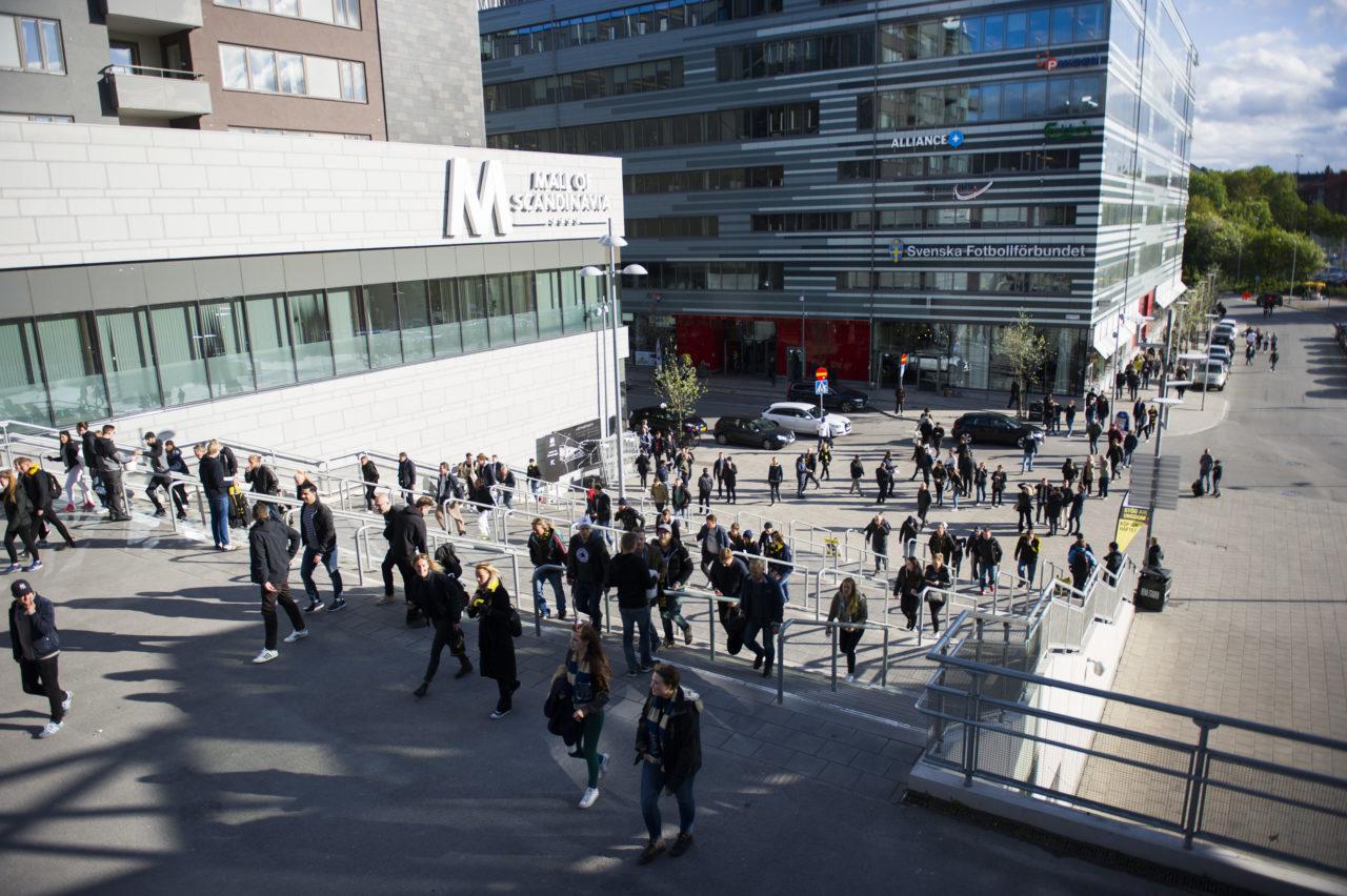 Publik anlŠänder till Friends Arena inföšr fotbollsmatchen i Allsvenskan mellan AIK och DjurgåŒrden den 16 maj 2016 i Solna. Foto: Linnea Rheborg / BILDBYRN / Cop 189