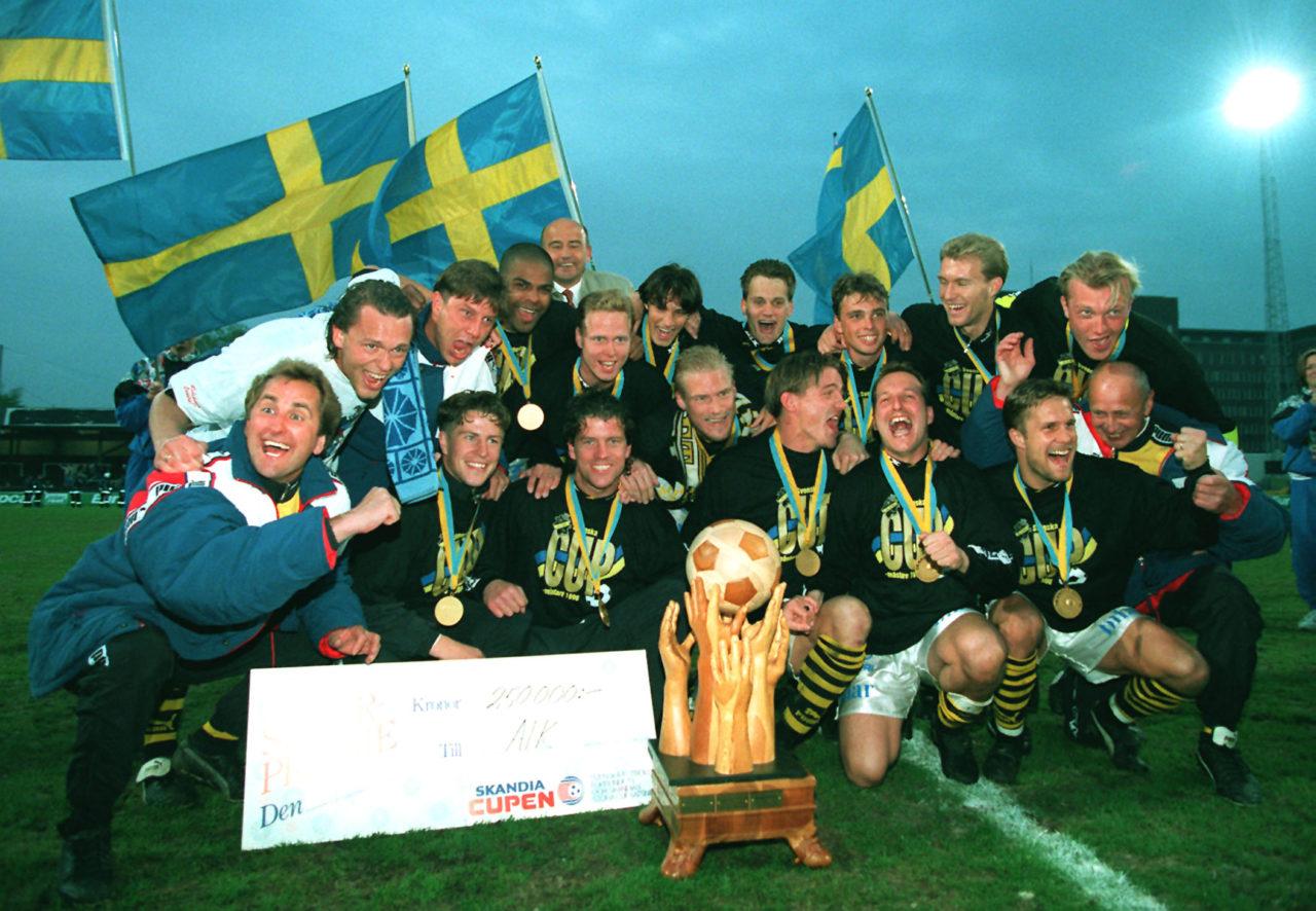 1996-05-23 Fotboll, Cupfinal, AIK: FeststŠmning och jubel bland lyckliga AIK:are efter segern © BildbyrŒn(19712 )