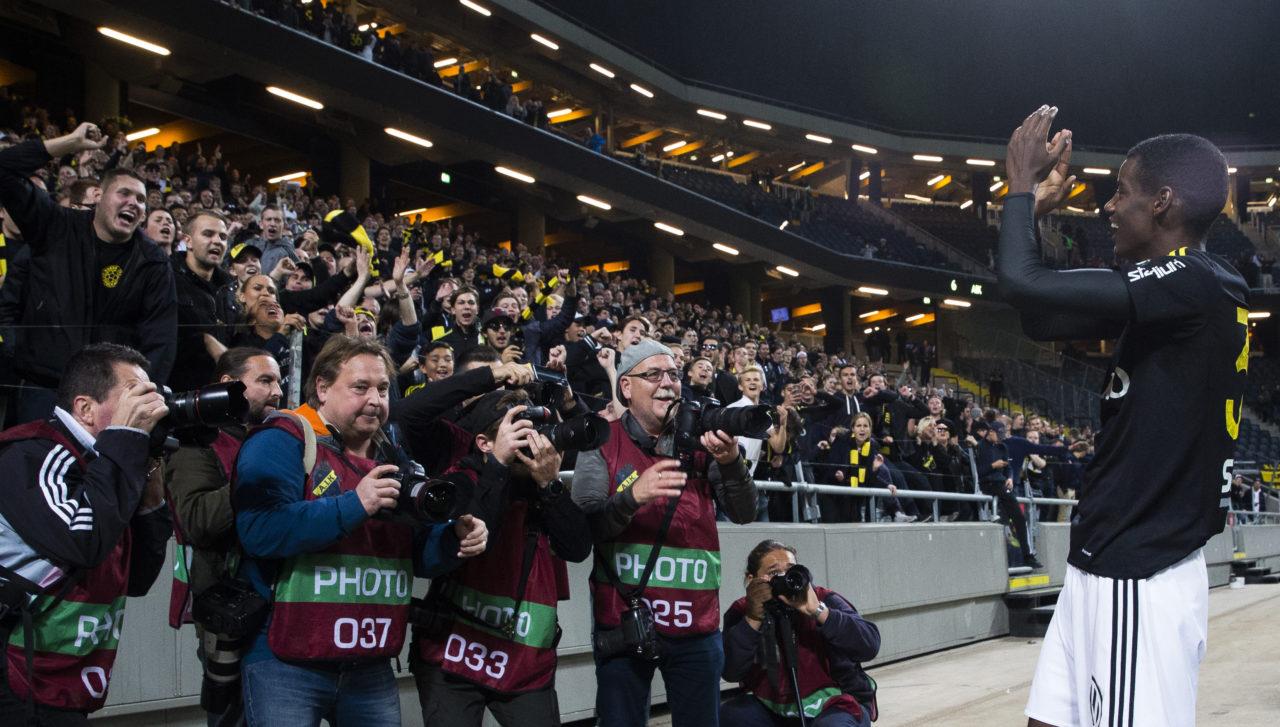161002 AIK:s Alexander Isak jublar tillsammans med supportrarna efter fotbollsmatchen i Allsvenskan mellan AIK och Norrköping den 2 oktober 2016 i Stockholm.  Foto: Andreas L Eriksson / Bildbyrån / kod AE / Cop 106