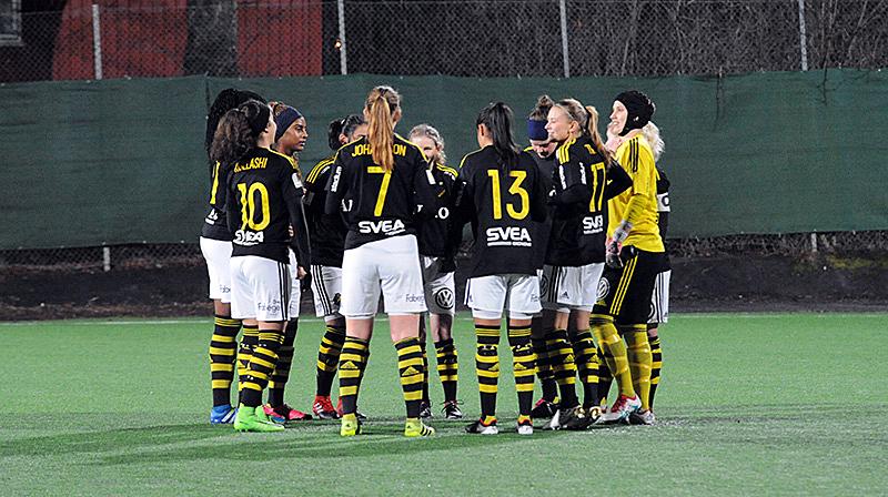 Samling inför avspark i träningsmatchen AIK - Sätra SK på Skytteholms IP i Solna den 16 februari 2017.