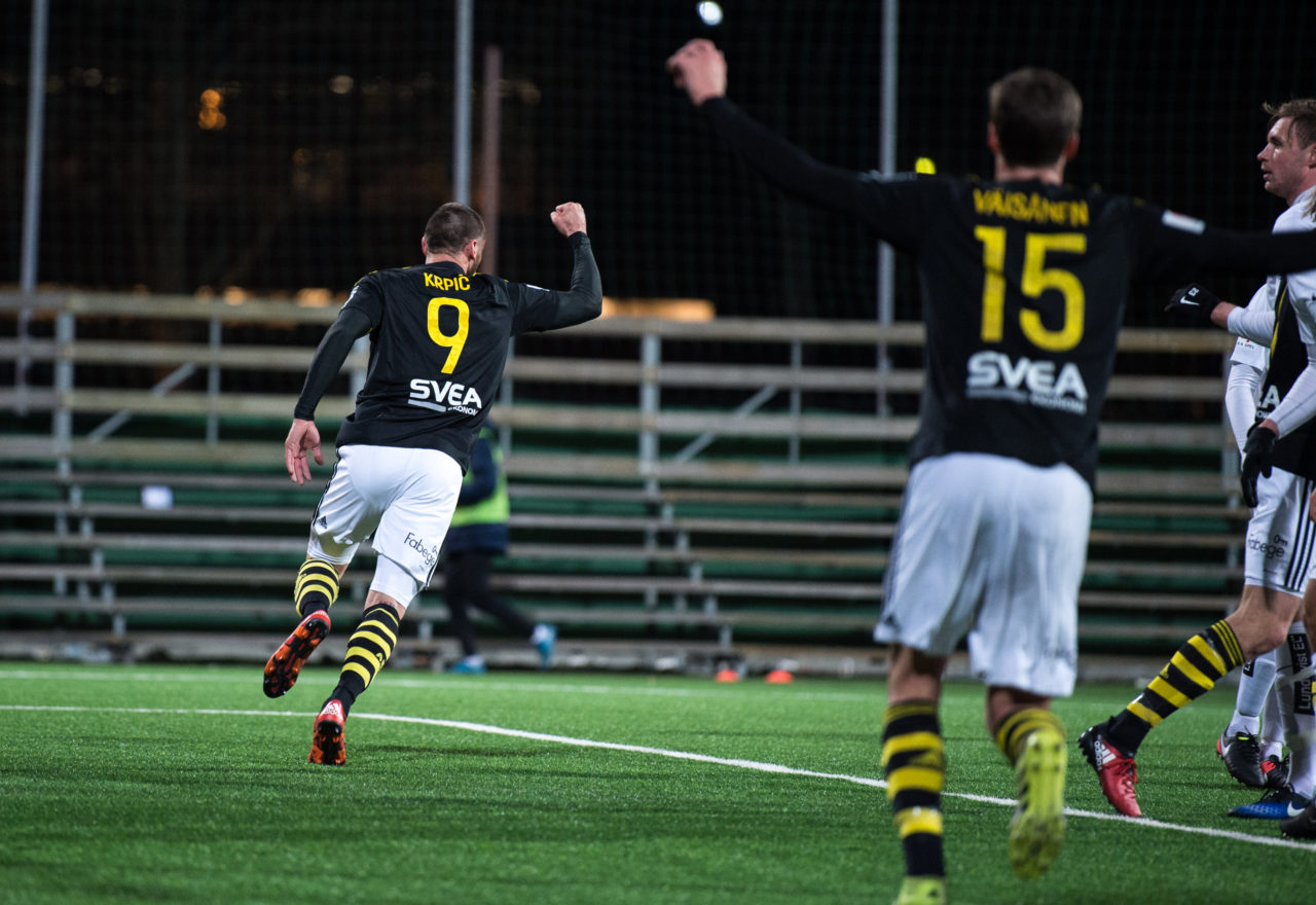 AIK 9 Sulejman Krpic jublar efter sitt segermål i träningsmatchen mellan AIK och IK Sirius FK på Skytteholms IP i Solna den 17 mars 2017.