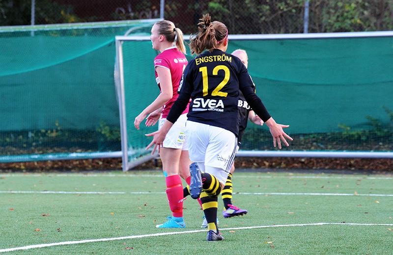 Emma Engström jublar efter segermålet i matchen AIK - IK Uppsala Fotboll (1-0) i Elitettan den 14 oktober 2017.