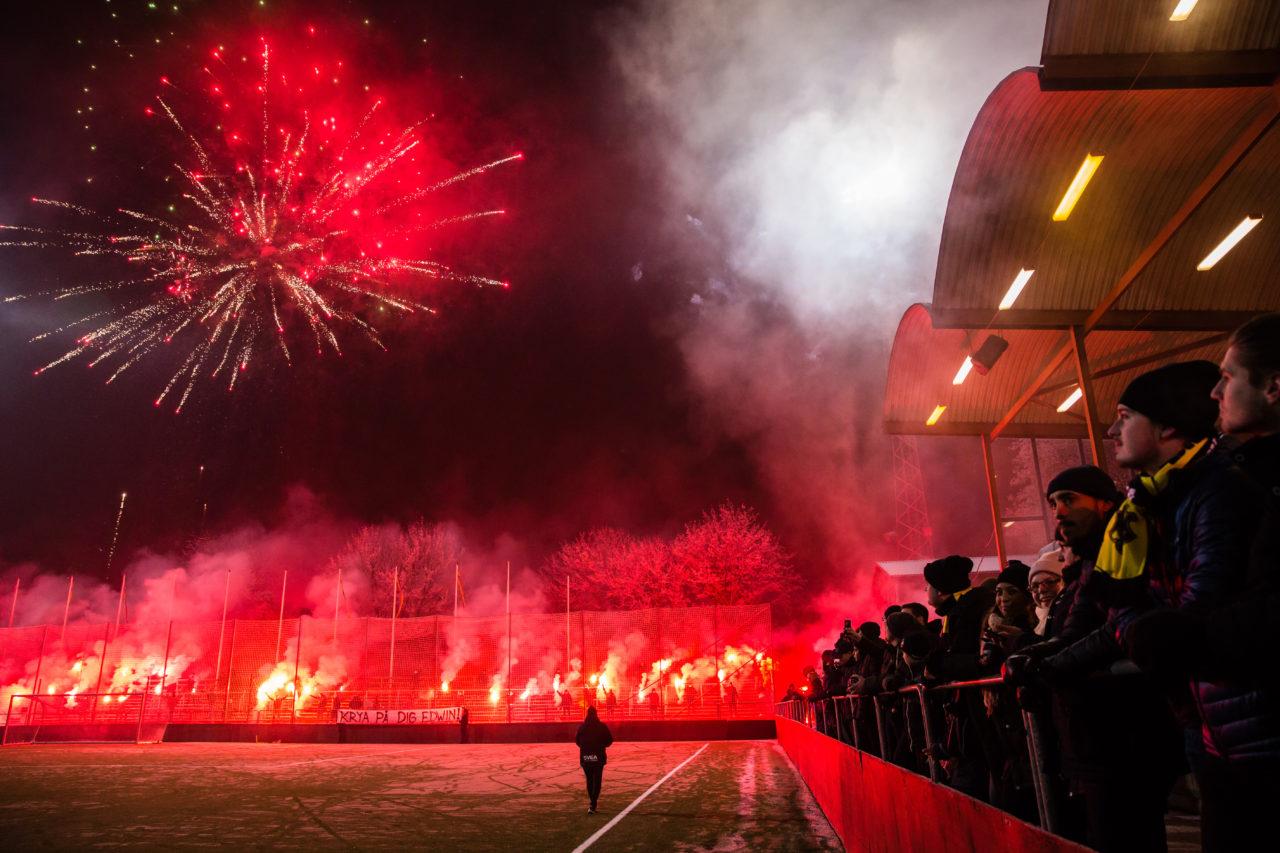 180110 AIK:s spelare vŠlkomnas pŒ Œrets fšrsta trŠning med pyroteknik under en fotbollstrŠning med AIK den 10 Januari 2018 i Stockholm.  Foto: Andreas Sandstršm / BILDBYRN / Cop 104