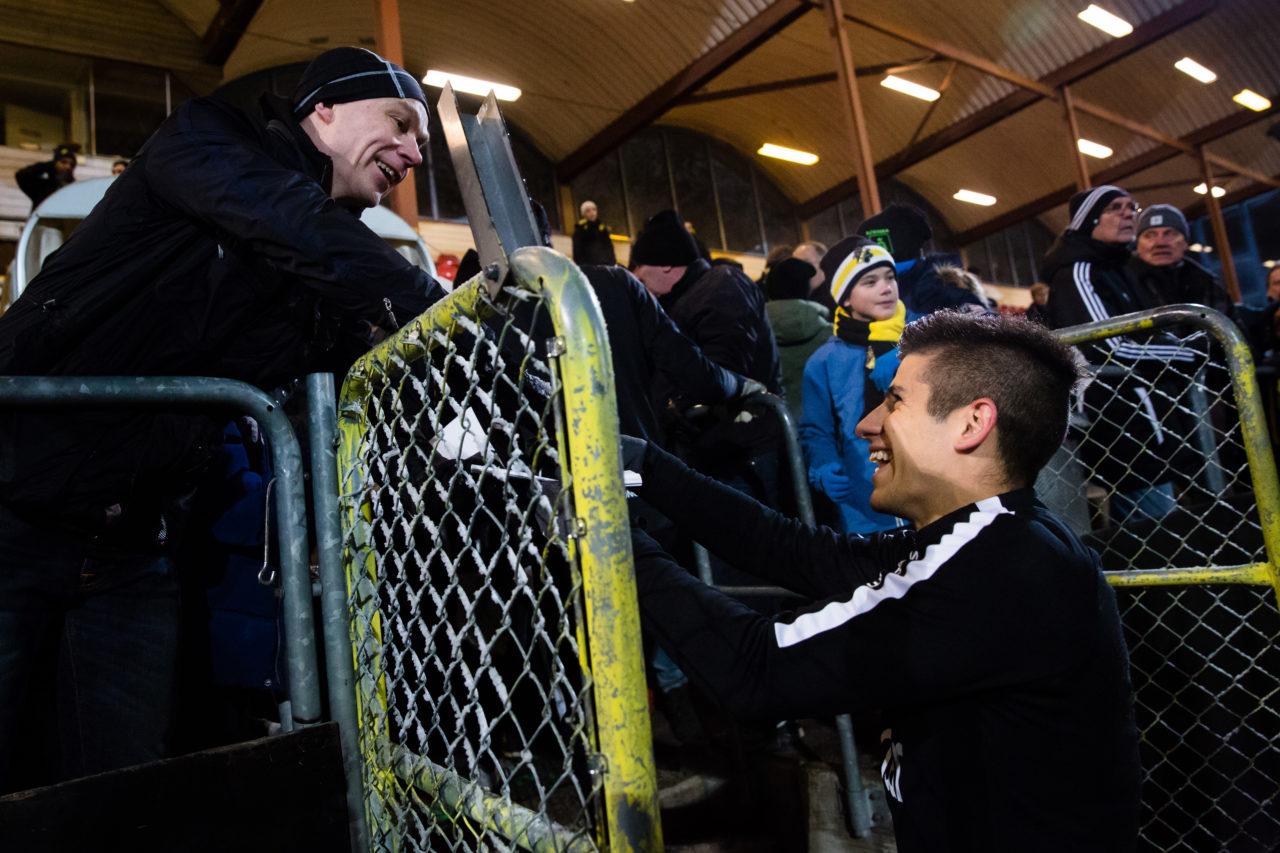 180110 AIK:s Nicolas Marcelo Stefanelli skriver en autograf till en supporter under en fotbollstrŠning med AIK den 10 Januari 2018 i Stockholm.  Foto: Andreas Sandstršm / BILDBYRN / Cop 104