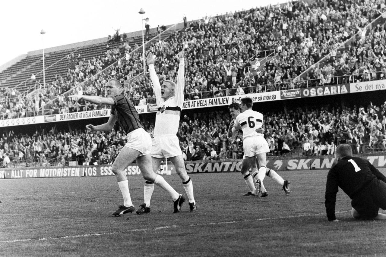 690612 Fotboll, Allsvenskan, AIK - Sirius, 1-0: Roland Lundblad och Kurt Andersson, AIK jublar efter 1-0. Hans Mild och Rolf Marinus, mŒlvakt i Sirius vill ha mŒlet underkŠnt. Foto: BILDBYRN / IBLA6902