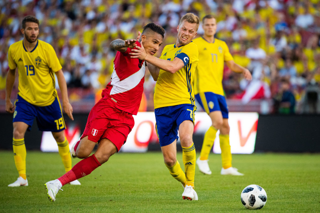 180609 Paolo Guerrero of Peru competes for the ball with Sebastian Larsson of Sweden during the international friendly football match between Sweden and Peru on June 9, 2017 in Gothenburg. Photo: Joel Marklund / BILDBYRN / kod JM / 87699