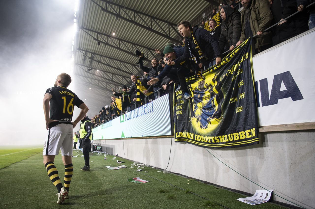 181111 AIK:s Sebastian Larsson hejas på av publiken under fotbollsmatchen i Allsvenskan mellan Kalmar och AIK den 11 november 2018 i Kalmar. Foto: Jesper Zerman / BILDBYRÅN / Cop 234