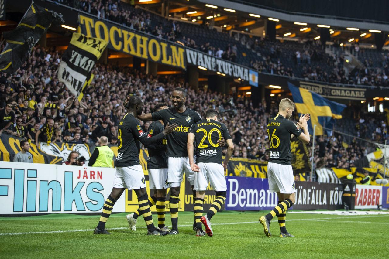 190520 AIK:s spelare jublar efter Tarik Elyounoussis 2-0 mŒl under fotbollsmatchen i Allsvenskan mellan AIK och Falkenberg den 20 maj 2019 i Stockholm. Foto: Jesper Zerman / BILDBYRN STR / *** BETALBILD ***
