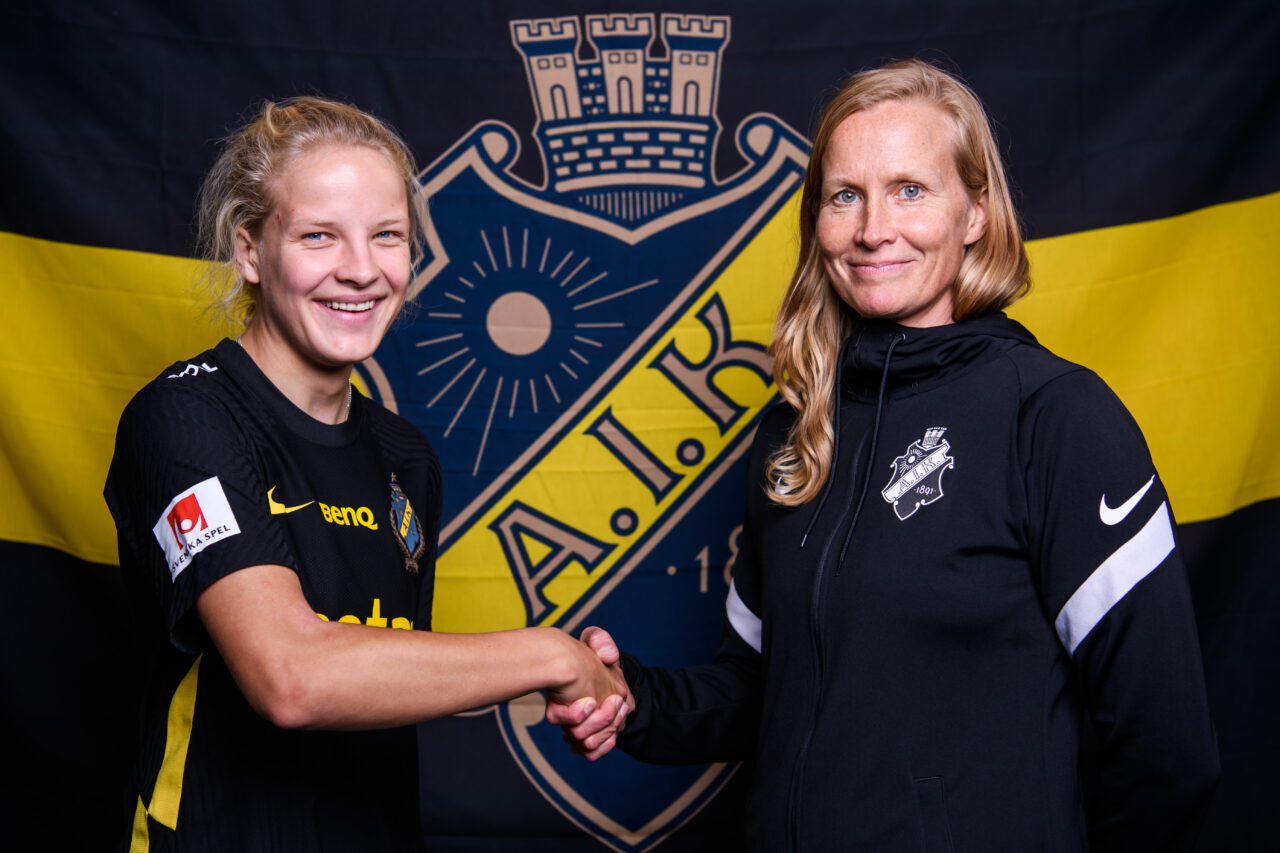 210801 Kaisa Collin poserar för ett porträtt tillsammans med AIK:s manager Anne Mäkinen i samband med att hon presenteras som AIK:s nyförvärv den 1 augusti 2021 i Stockholm.  Foto: Jesper Zerman / BILDBYRÅN / COP 234 / JZ0122