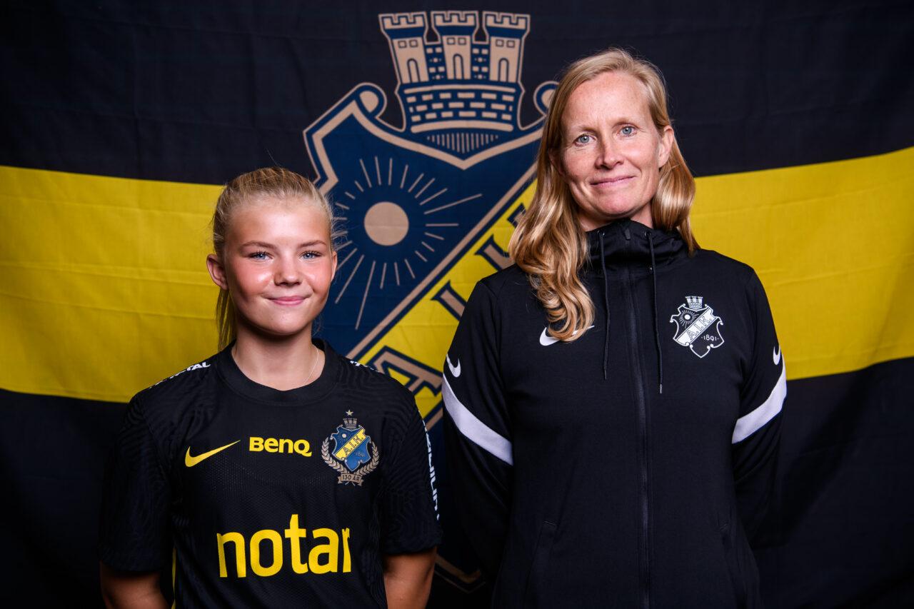 210801 Matilda Nildén poserar för ett porträtt tillsammans med AIK:s manager Anne Mäkinen i samband med att hon presenteras som AIK:s nyförvärv den 1 augusti 2021 i Stockholm. Foto: Jesper Zerman / BILDBYRÅN / COP 234 / JZ0122